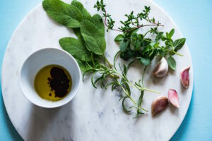 家庭菜園ハーブでフレーバーオイルを作ろう!ハーブオイルの作り方と活用レシピまとめ