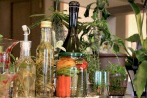【ハーブビネガー活用】料理大活躍!ミックスハーブビネガーで漬けるピクルスのレシピ